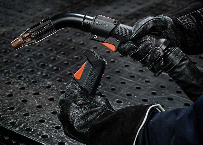 Het Flexlite GF MIG-pistool met rookafzuiging verzamelt lasdampen zodra ze ontstaan, lang voordat ze ademzone van de lasser zouden bereiken.