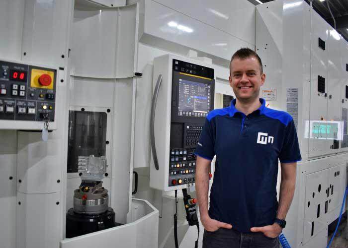 """Paul Coppens, Operations Manager bij Metalnet: """"De Yasda PX30I is ongekend stabiel. We zijn in staat om 24/7 repeteerbaar binnen 5 micrometer nauwkeurig te produceren"""" (foto's: Tim Wentink en Metalnet"""