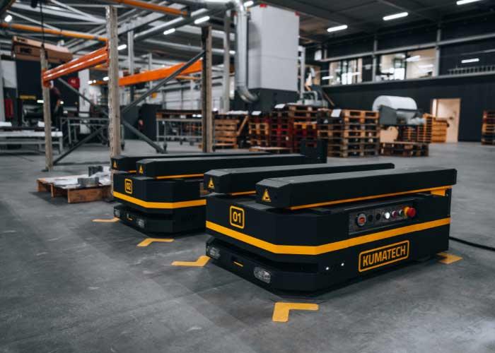 De twee AGV's van KUMATECH kunnen manloos pallets door de productieruimte vervoeren.
