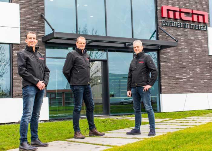 Technisch directeur Mark Hilderink, algemeen directeur Cor van Vilsteren en operationeel directeur Hessel Reitsma voor het pand van MCM.