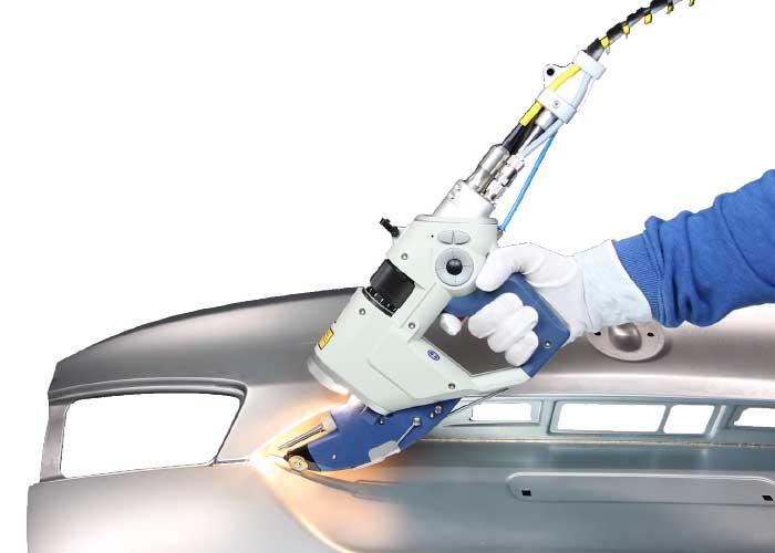 Handmatig laserlassen met de Al-Arm 450 F van Alpha Laser. (Foto: Alpha Laser)