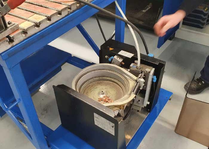 De apparaten voor de automatische aanvoer van de stiftlasbouten die NTS Hermus al had bij de oude stiftlasmachines, zijn helemaal schoongemaakt en nagekeken.