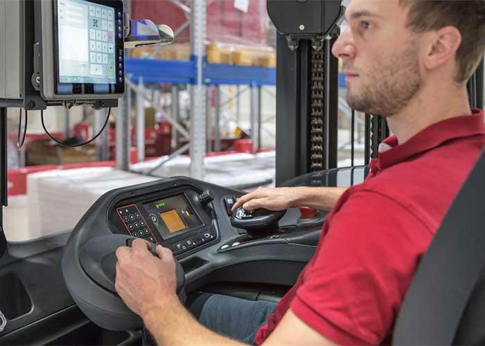 Bij de multifunctionele bedieningshendel rust de hand van de bestuurder in een natuurlijke positie