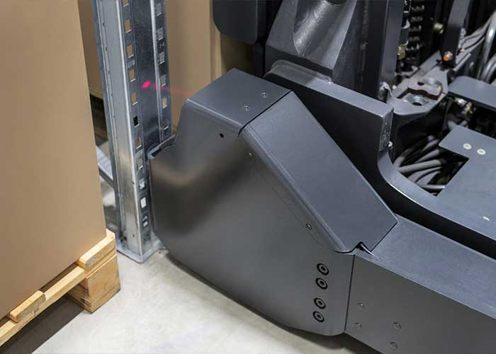 De twee sensoren, die in een beschermde behuizing bovenop de rijpoten van de reachtruck zijn gemonteerd, 'zien' objecten in de lichtbundel ervoor.