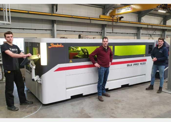 """V.l.n.r. Joey, Stefan en Wouter Klomp bij de nieuwe lasersnijmachine. Het meeste materiaal dat Taurus MilieuTechniek hierop snijdt is 1,5 tot 6 mm dik. """"Maar we snijden ook tot 15 mm staal en 8 mm RVS braamloos op deze machine."""""""