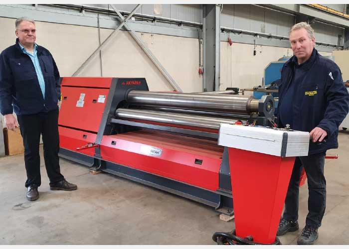 Machinehandel Overmars heeft Taurus MilieuTechniek ook een 4-rollen platenwals geleverd. Links Peter Klomp, rechts Bram Overmars.