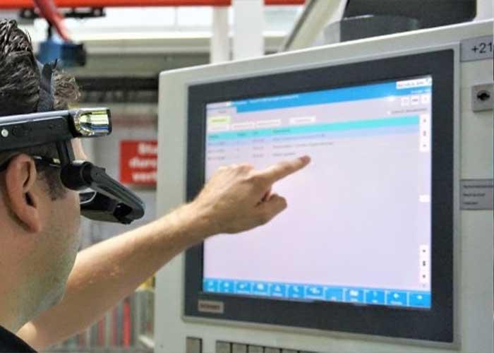 Via smartphones of smartglasses kunnen lijnoperatoren met Schuler Connect snel en effectief worden geholpen door experts (foto: Schuler)