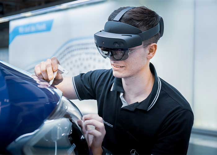 Dankzij het gebruik van digitale tools zoals augmented reality-brillen is directe uitwisseling mogelijk in het wereldwijde C-Klasse-productienetwerk van Mercedes-Benz. Nieuwe methoden of foutdiagnoses kunnen in real-time worden gevisualiseerd dankzij beeldoverdracht met hoge resolutie. (foto's: Daimler)