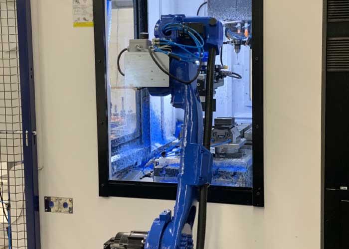 De robot belaadt het bewerkingscentrum vanaf de zijkant. De producten worden in een raster op de tafel gelegd, zodat de robot precies weet op welke positie hij ze moet oppakken.
