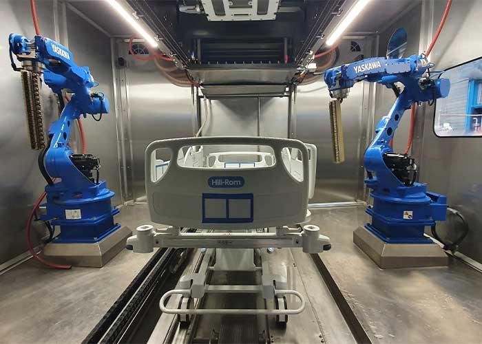 De twee robots zijn voorzien van een lans met stoom en lucht nozzles.