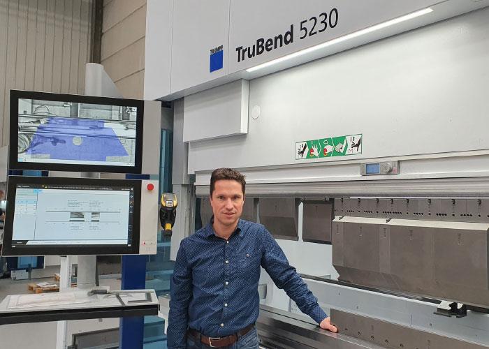 Michiel de Hoog bij een van de kantbanken. 247 Lasersnijden investeert ook in de kantcapaciteit. Dankzij messen met een hoogte van 300 mm en een scala aan hele kleine en hele grote matrijzen zijn de kantmogelijkheden uitgebreid en divers.