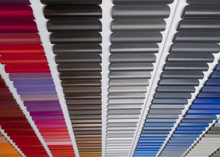 De nieuwe ColourSelector is een display met 490 kleurstaalpanelen in gepoederlakt aluminium, gepresenteerd in chromatische volgorde.