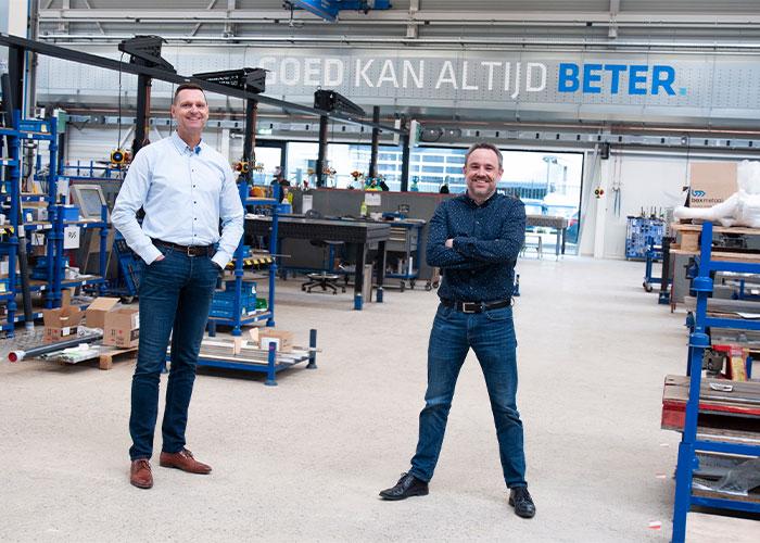 Operations Manager Ramon Koevoets (links) en Sales Director Mathijs Kox in de nieuwe productieruimte van Bax Metaal. Het nieuwe pand is één grote transparante ruimte waardoor iedereen zicht heeft op de orderstroom die door de fabriek gaat.