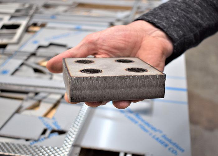 Met 8 kW vermogen kan Voordendag van der Stelt nu ook dikker materiaal snijden met de fiberlaser.