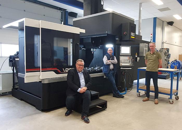 V.l.n.r. Cor van Klooster, Ernst Hoog Antink en Eric Sens bij de nieuwe 2 meter First portaalfreesmachine V2000 van PMP.