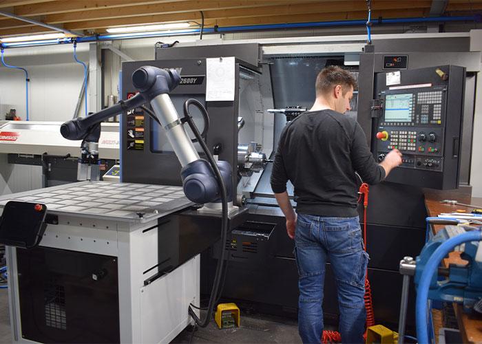 Met behulp van een cobot kan Evink CNC Verspaning de productie flexibel automatiseren.