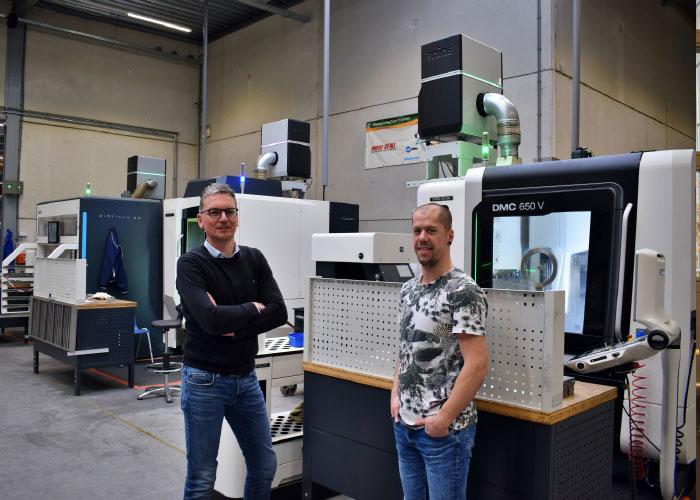 Jan Bakker (l) en David den Hartigh zijn tevreden met de hoge luchtkwaliteit in de verspanende afdeling