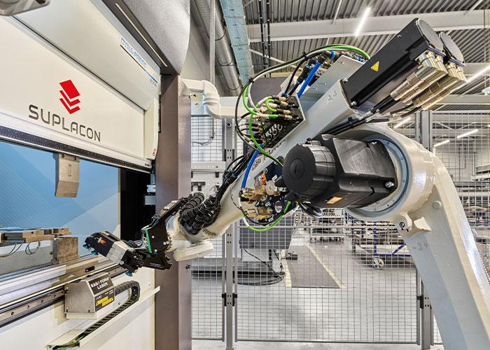 In de fabriek van Suplacon in Emmeloord zit al veel slimmigheid; er is al veel data voorhanden en de vraag is nu hoe daarmee de doorlooptijd kan worden verkort.