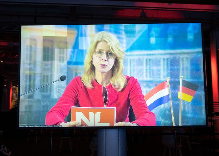 Na een introductie door staatssecretaris Mona Keijzer van Economische Zaken en Klimaat bracht het Holland Hightech Paviljoen het succesverhaal van ASML, Zeiss en Trumpf onder de aandacht van de Hannover Messe bezoekers.