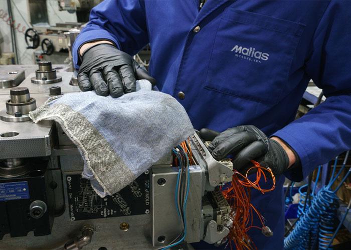 Vuil, smeermiddelen, verf en vet zijn met MEWA-poetsdoeken grondig en snel te verwijderen.