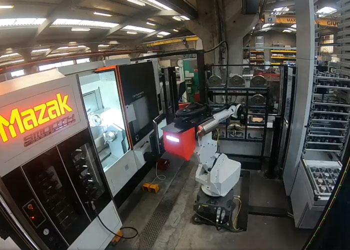 Bij Platteau Subcontracting heeft RoboJob een Tower aan een Mazak Integrex J-200 S geïnstalleerd. De robot wisselt hier automatisch de individuele klauwen van SMW Autoblok uit.