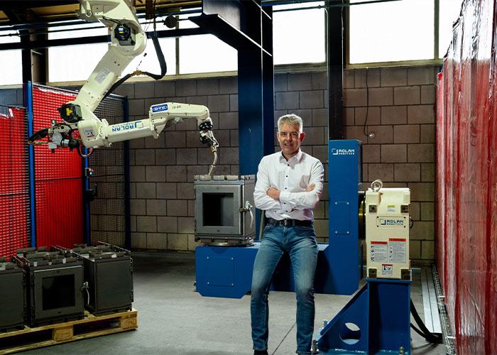 Rene Geerts in een van de vier lasstations van de portaallasrobot, die Rolan Robotics bij Reny Lasertechniek en Reny Houtkachels en Houthaarden heeft geïnstalleerd. Hiermee hebben zijn medewerkers opnieuw een goed gereedschap gekregen, waarmee ze altijd vooruit kunnen.