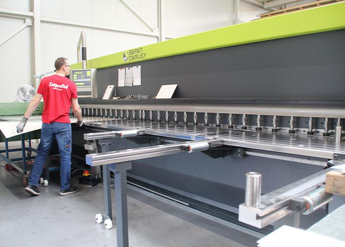 Zetprofiel heeft het machinepark recent uitgebreid met een M-Shear 610-4 met speciale opties. De machine heeft een op maat gemaakte opstelling.