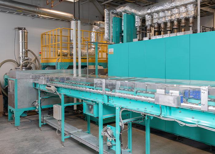 Anders dan de gebruikelijke methoden, die de batterij eerst in aparte chemische bestanddelen splitsen, maakt Battery Resourcers de directe productie mogelijk van nieuw kathode-actief materiaal uit oude batterijen.