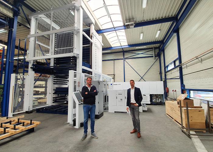 Directeur/eigenaar Mark Eikhout (links) en Michiel Voskuil van Trumpf bij het nieuwe geautomatiseerde lasersnijsysteem. Eikhout heeft het systeem samen met Trumpf uitgezocht en samengesteld op grote flexibiliteit.