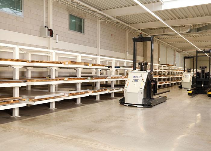 De AGV's die de machines beladen, hoeven veel minder afstanden af te leggen, waardoor de productie-efficiency in de fabriek in Varsseveld is opgevoerd.