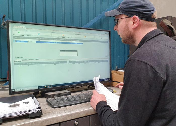 Op de beeldschermen in de productieruimte kunnen de medewerkers de informatie die ze nodig hebben tevoorschijn halen.