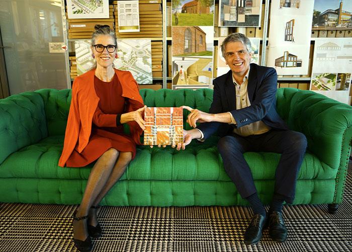 Hans Zwaanenburg overhandigt het eerste exemplaar aan Liesbeth van der Pol, architect van het project op de cover van Façades 2021.