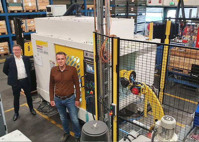 Bert Versteeg (Humacs Krabbendam) en Geert Jan Jongstra (Schouten & Visschers) bij het hart van de productiestraat. De Robodrill wordt beladen en ontladen door de robot, die rechtstreeks wordt bediend vanuit de besturing van het bewerkingscentrum.