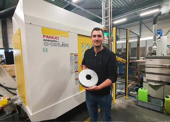 Engineer Paul Klijnsma toont een kant-en-klare magneetring voor de direct drive van een fietstrainer, die is geproduceerd in de productiestraat.