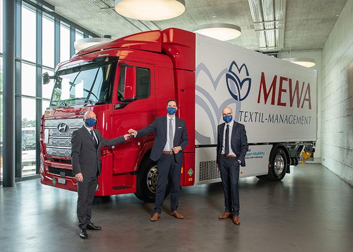 De overhandiging van de Hyundai Xcient Fuel Cell vrachtwagen op waterstof aan MEWA.