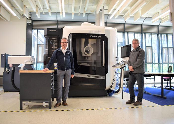 Bas Kerbusch (l) en Albert van der Velde voor een vijfassige bewerkingsmachine bij STODT in Hengelo. (Foto's Tim Wentink)
