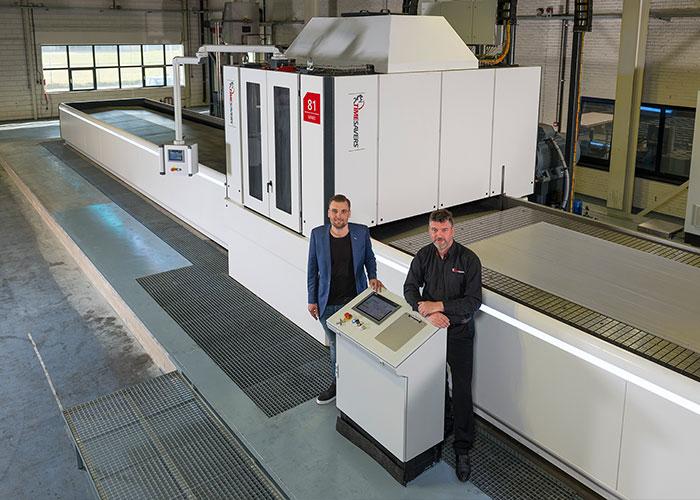 Bart van Geenen en Piet Kooman bij de Timesavers 81 series. De machine kan materialen vlak en op dikte slijpen met een nauwkeurigheid van +/- 0,025 mm over een breedte van 2100 mm en een lengte van 8500 mm.