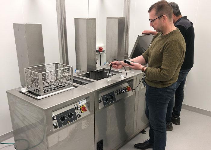 De Ultron precisie-reinigingsinstallatie bij Machinefabriek Van den Elsen is door Topfinish uitgebreid met een dubbele demiwater-naspoelunit.