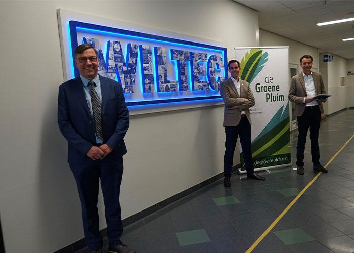 Wethouder Franko van Lankvelt van Uden reikte namens stichting de Groene Pluim de oorkonde uit aan directieleden Bart Zegers en Hans Dominicus van Wiltec.