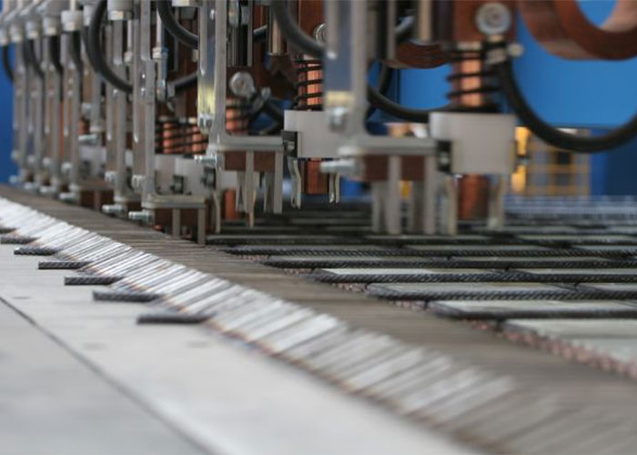 Wie alle voorbereidende werkzaamheden zelf doet, stuurt rechtstreeks de productiemachine zoals deze mattenlasmachine aan.