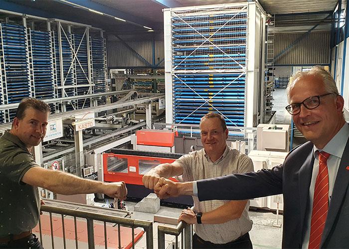 V.l.n.r. Ronnie van den Hurk, Janwillem Verschuuren en Hans van de Meerakker. Achter hen het volautomatische snijsysteem van de Cromvoirtse, waar komend najaar de 6 kW CO2-laser wordt vervangen door een nieuwe ByStar Fiber met een vermogen van 15 kW.