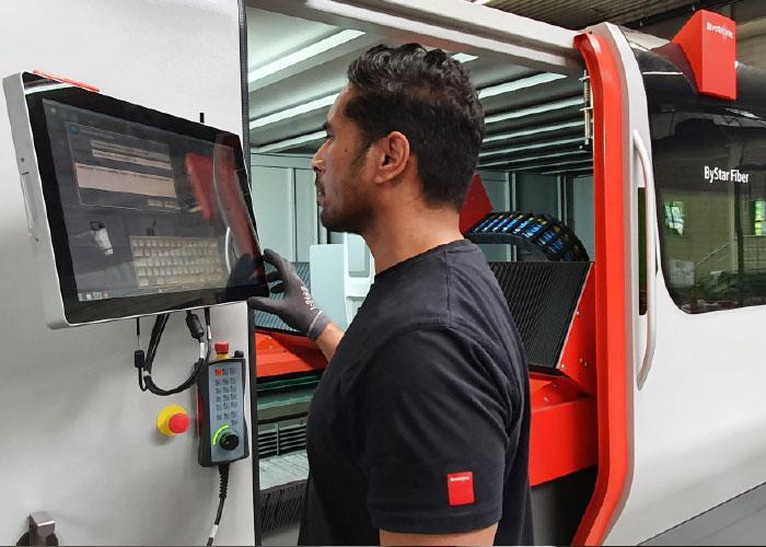 Een monteur van Bystronic is bezig met het operationeel maken van de nieuwste aanwinst van Wilvo op snijgebied, een 10 kW ByStar Fiber.