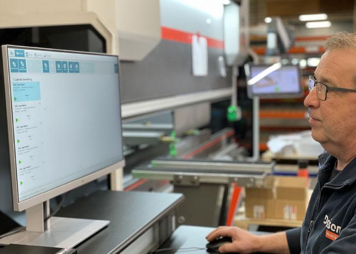 Shopfloor control is inmiddels operationeel. Op drie beeldschermen in de productie kan iedere medewerker eenvoudig zijn uren verwerken.