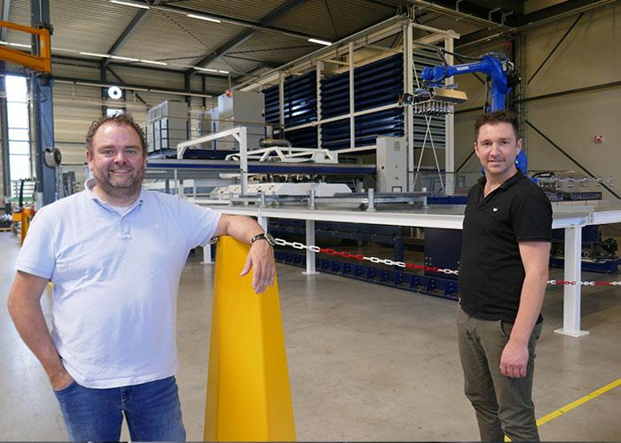 """Sales manager Roger de Bock (links) en Thijs Kuijpers, manager project engineering, bij een van de twee systemen die bij HVL operationeel zijn. """"We hebben inmiddels zo veel kennis en ervaring met automatisering, dat we er nu de markt mee op gaan."""""""