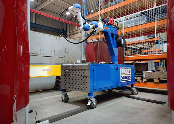 De door Automise geïntegreerde Yaskawa HC10 lascobot met zijn veiligheidsvoorzieningen.