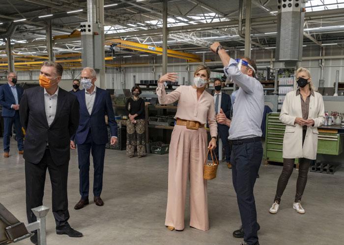Koningin Máxima kreeg tijdens de uitgebreide rondleiding door de productieruimte uitleg over een keur aan duurzame innovaties. (Foto: Joris Buijs)