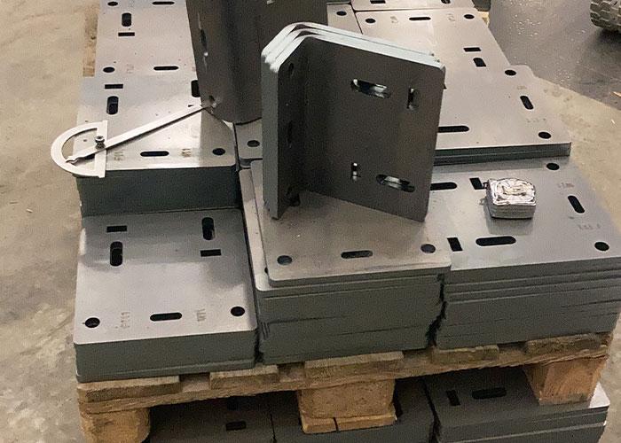 """Aarts Montagetechniek snijdt vooral dikker staal. De foto toont lasergesneden producten van staal 355 met een dikte van 12 mm. """"Dankzij de CO2-laser is de snijsnede zo mooi dat het spiegelt."""""""