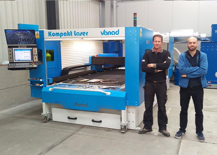 Frank Rurenga (links) van Rurenga Plaatwerkspecialist en Martin Mirátský van Vanad bij de nieuwe lasersnijmachine.