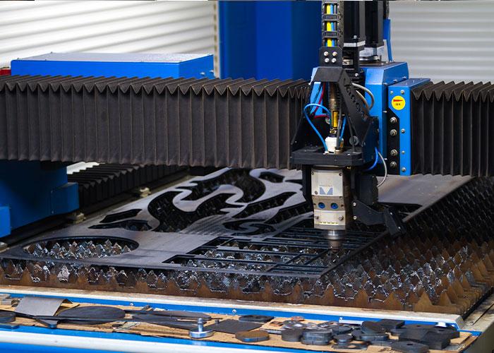 De Vanad lasersnijmachine, uitgevoerd met een 3 kW IPG fiber laserbron en een snijkop van Precitec, kan tot 18 mm staal, 10 mm RVS en 8 mm aluminium snijden.