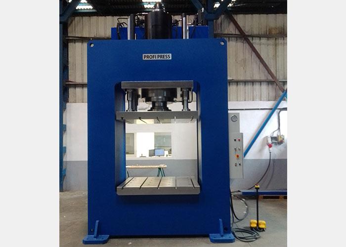RHTC heeft een speciale 500 ton productiepers geleverd aan Mouw Hoedliggers, producent van hoed-, plaat- en raatliggers. Deze grote Profi Press komt in de nieuwe productielijn van Mouw.